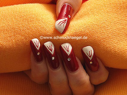 Nail decor in red with strass stone