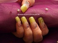 Decoration the fingernails with nail art liner