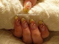 Nail art motif with nail lacquer in gold-glitter