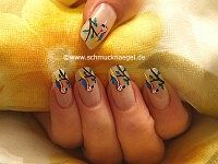 Parrot motif with nail lacquer for the fingernails