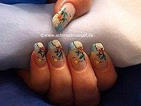 Palm Beach fingernail design with sand