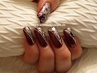 Uñas decoradas con hoja metálica plata