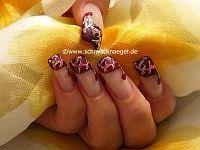 Uñas decoradas con acentos en oro