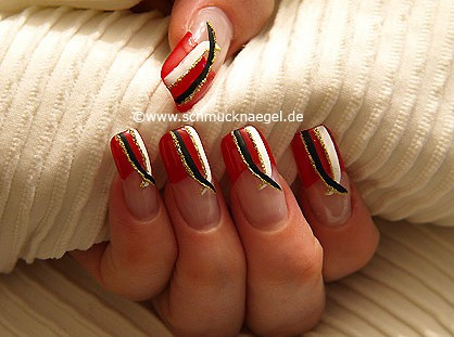 Cosmética en uñas con nail art liner y esmalte