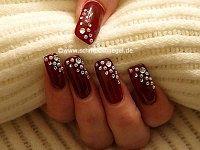 Uñas decoradas con perlas medias y piedras strass