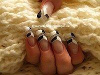 Motivo de uñas con esmalte y nail art liner