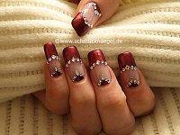Uñas decoradas con esmalte y piedras strass