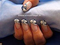 Uñas decoradas con almejas y piedras strass