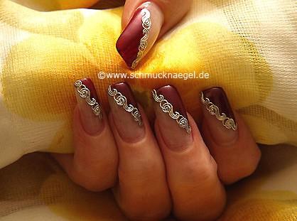 Decoración de uñas con nail-tattoo y esmalte