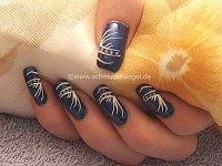 Uñas decoradas en azul oscuro