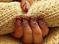 Diseño de ornamento con piedras strass para uñas