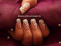 Diseño floral con nail art liner y piedras strass