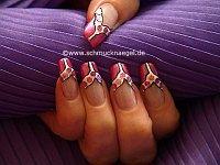 Decoración de uñas con lentejuelas en lila y nail art liner