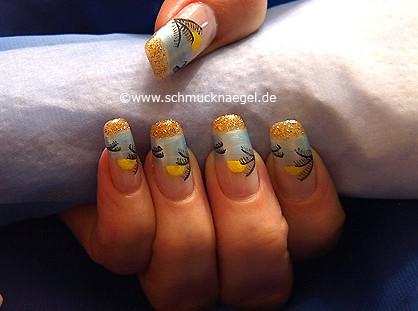 Playa motivo de verano con esmalte y nail art liner