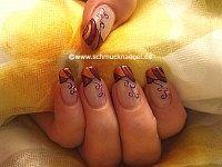 Colores de otoño y perlitas para decorar las uñas