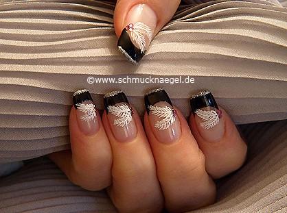 Pluma motivo en uñas con piedras strass y esmalte