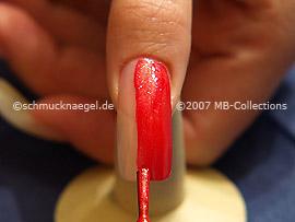 Nagellack in der Farbe hellrot mit Glitter