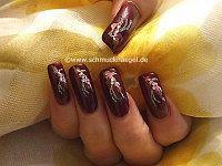 Nagelkunst in weinrot und silber-glitter