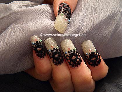 Fingernagel Motiv mit Halbperlen und Nagelbordüre