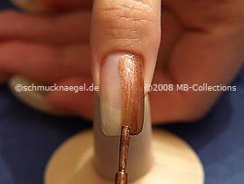 Nagellack mit gleichmäßigen Pinselstrichen auftragen