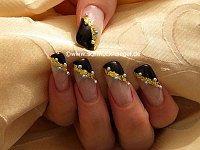 Nailart Motiv mit Blattgold und Halbperlen