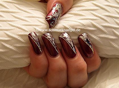 Fingernagel Motiv mit Metallic-Folie und Nailart Bouillons