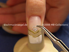 Pinzette und ein Herztattoo vom Nail-Tattoo-Blatt
