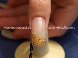 Nagellack in der Farbe braun-glitter