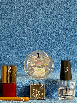 Produkte für das Nailart Motiv mit Halbperlen und Strasssteinen - Halbperlen, Nagellack, Strasssteine, Spot-Swirl, Klarlack