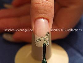 Nagellack in der Farbe grün-glitter
