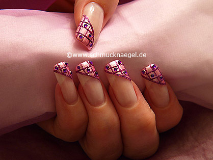 Decoración de uñas con esmalte en rosa y piedras strass