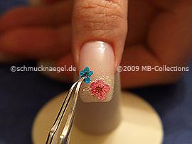 Pinzette und getrocknete Blume