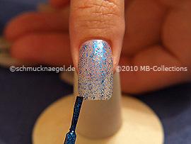 Nagellack in der Farbe blau-glitter
