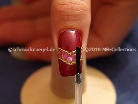 Fingernagel mit einem Klarlack überlackieren
