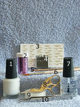 Produkte für das French Motiv mit Nail-Tattoo in Wellenform - Nagellack, Nail-Tattoos, Strasssteine, Glitter-Pulver, Klarlack