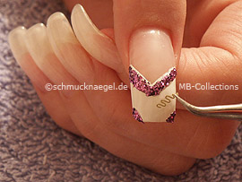 Pinzette und Nail-Tattoo in Wellenform