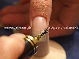 Nagellack in der Farbe gold-glitter