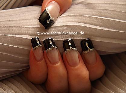 Fingernagel French Motiv mit ovalem Strassstein