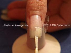 Nagellack in der Farbe beige