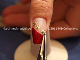 Pinzette und ein Nail-Tattoo