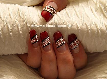 Gestalten der Fingernägel mit Nailart-Netz und Strasssteinen