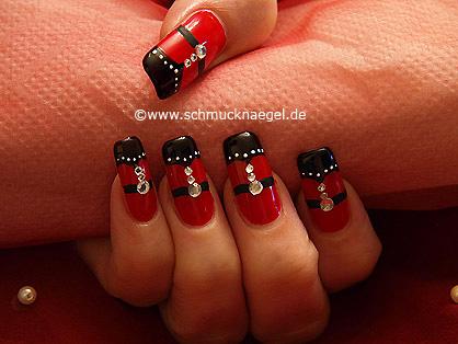Schmücken der Fingernägel mit Strasssteinen
