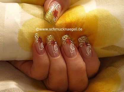 Motiv für den Herbst mit Nagellack in gold-glitter