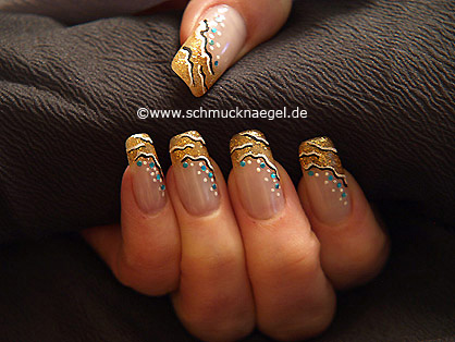 Fingernagel Motiv mit Nagellack in kupfer-glitter