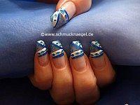 Ovale Strasssteine und Nagellack in blau-glitter