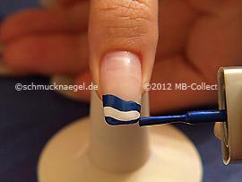 Nagellack in der Farbe dunkelblau