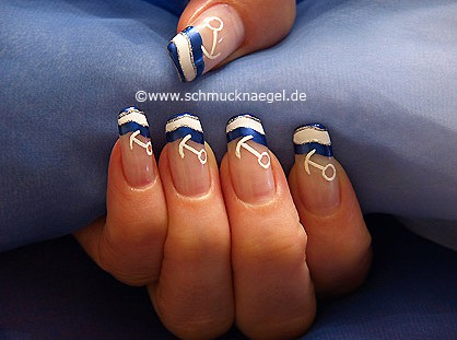 Maritim Fingernagel Design mit Nagellacken