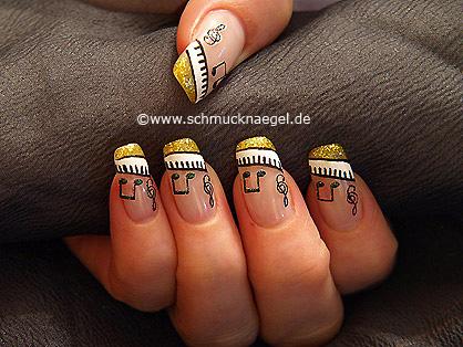 Fingernagel Design mit Musiknoten