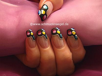 Retro-Motiv mit Nagellacken in verschiedenen Farben