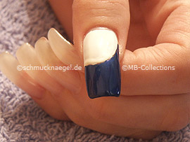 Nailart Pen oder Nagellack in der Farbe dunkelblau